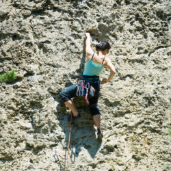 Frau in Kletterwand